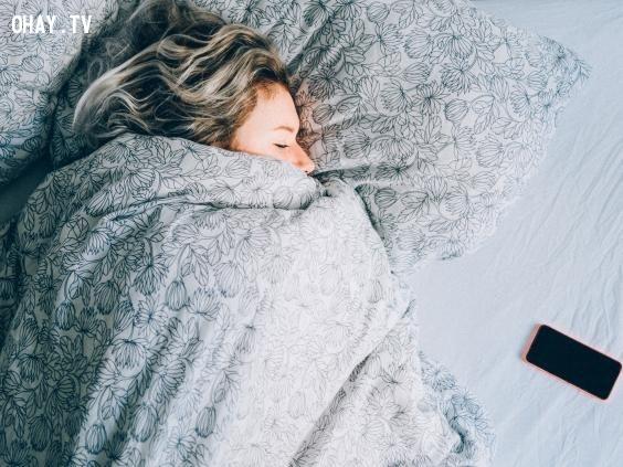 2. Nằm cuộn tròn trên giường,sai lầm phổ biến,thói quen sai lầm,thói quen xấu,giấc ngủ,thức dậy