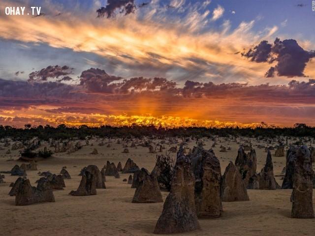 Sam Yick đã chụp lại ánh sáng rực lửa trong cảnh ảm đạm ở miền tây nước Úc.,Cảnh đẹp thế giới