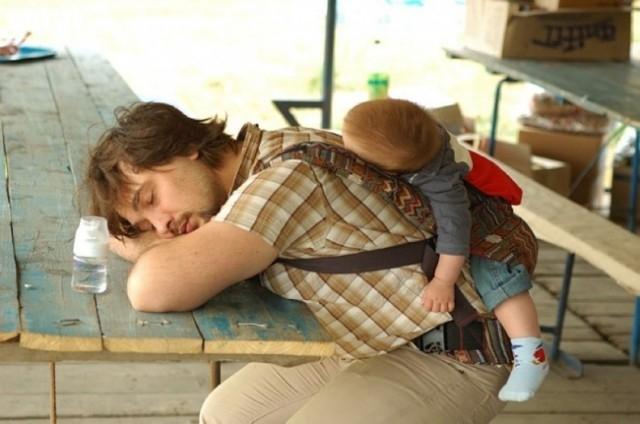 Bố con ta ngủ tạm ở đây tí rồi tiếp tục chuyến đi chơi sau nhé,gia đình hạnh phúc,bố con,dễ thương