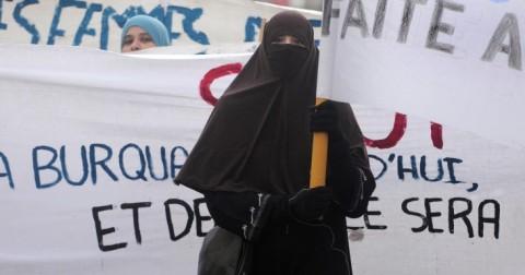 Áo Burqa là biểu tượng của bạo lực tình dục đối với phụ nữ