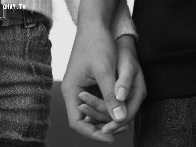 4. Mười ngón tay đan xen lỏng,nắm tay,tình yêu,trắc nghiệm tính cách