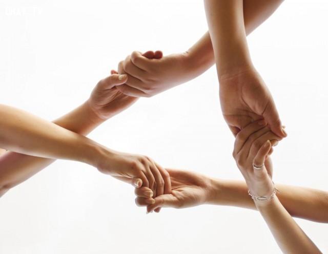 3. Mười ngón tay đan xen cùng khoác tay,nắm tay,tình yêu,trắc nghiệm tính cách
