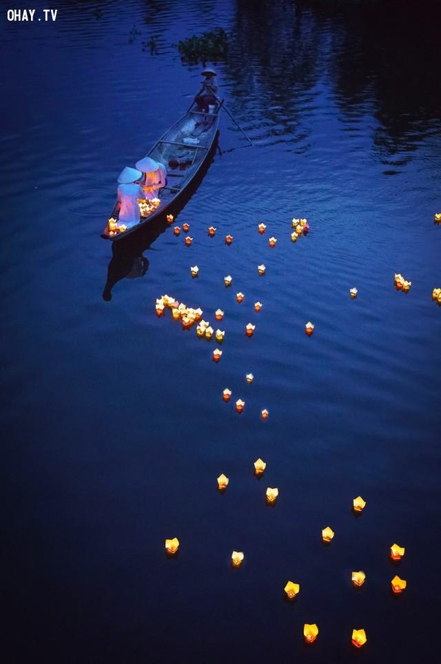Thả đèn hoa đăng và cầu nguyện trên dòng sông tại Huế,ảnh đẹp,việt nam,nhiếp ảnh