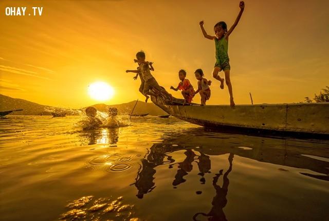 Những em bé nhảy xuống tắm ở đầm Lập An, Huế (gần biển Lăng Cô),ảnh đẹp,việt nam,nhiếp ảnh