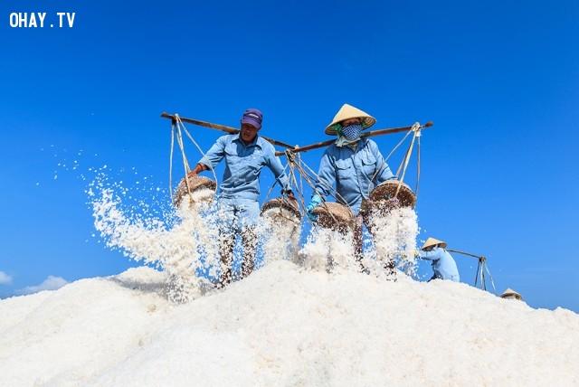 Nông dân thu hoạch muối tại Hòn Khói, Khánh Hòa,ảnh đẹp,việt nam,nhiếp ảnh