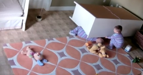 Bé trai 2 tuổi cứu anh em song sinh bị tủ đè