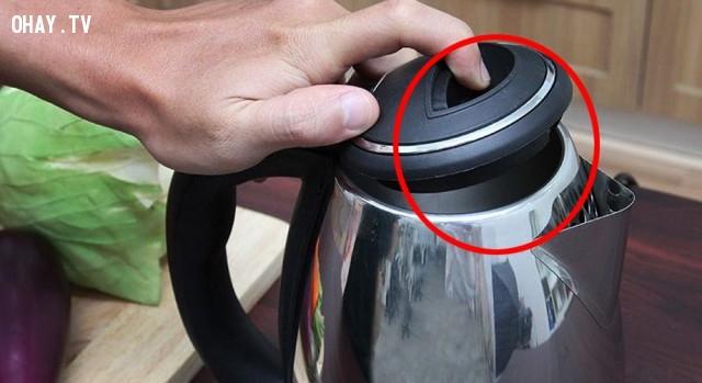 Đậy nắp không kín khi đun nước bằng ấm siêu tốc,sai lầm