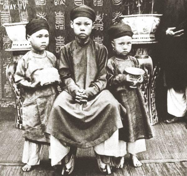 Từ trái sang phải là 3 hoàng tử em của Vua Thành Thái: Bửu Lũy, Bửu Trang và Bửu Liêm vào năm 1891,Việt nam xưa,Việt Nam thế kỷ 18,Ảnh cổ Việt Nam