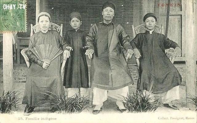 Một gia đình người Hà Nội tiêu biểu với trang phục truyền thống - đầu thế kỷ 20,Việt nam xưa,Việt Nam thế kỷ 18,Ảnh cổ Việt Nam