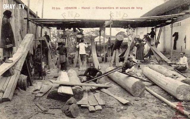 Các thợ xẻ đang xẻ những cây gỗ lớn ở một xưởng mộc tại Hà Nội năm 1890,Việt nam xưa,Việt Nam thế kỷ 18,Ảnh cổ Việt Nam