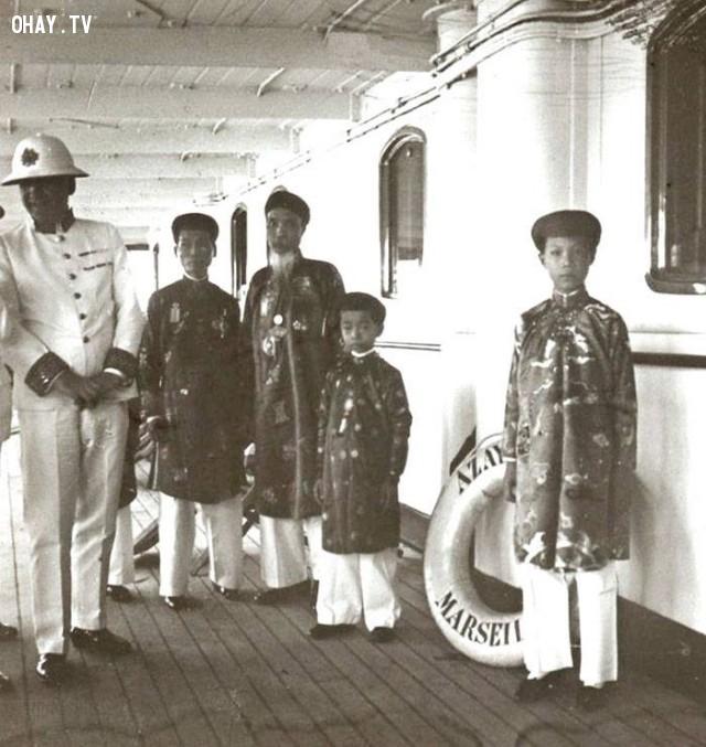 Hoàng tử Vĩnh Thụy (vua Bảo Đại sau này) khoảng 13 tuổi, đứng sau là em họ Nguyễn Phúc Vĩnh Cẩn đang chuẩn bị sang Pháp học, khoảng năm 1926,Việt nam xưa,Việt Nam thế kỷ 18,Ảnh cổ Việt Nam