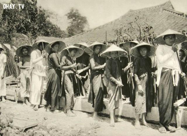 Nha Trang - Khánh Hòa năm 1926, những người phụ nữ đang phụ đúc bê tông,Việt nam xưa,Việt Nam thế kỷ 18,Ảnh cổ Việt Nam