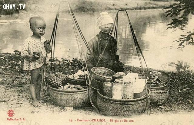 Hai bà cháu hàng quà vặt ở Hà Nội, khoảng năm 1910.,Việt nam xưa,Việt Nam thế kỷ 18,Ảnh cổ Việt Nam