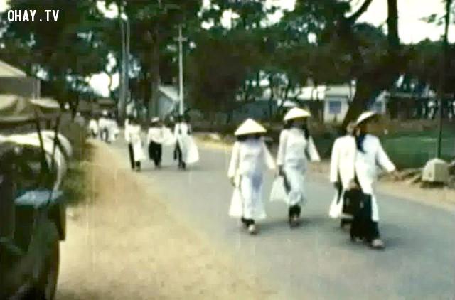 Nữ sinh trường Trung học Kiến Hòa đang đến trường - khoảng từ 1965 đến 1970,Bến Tre xưa,Xứ dừa,hình xưa,ảnh cổ,ảnh lịch sử