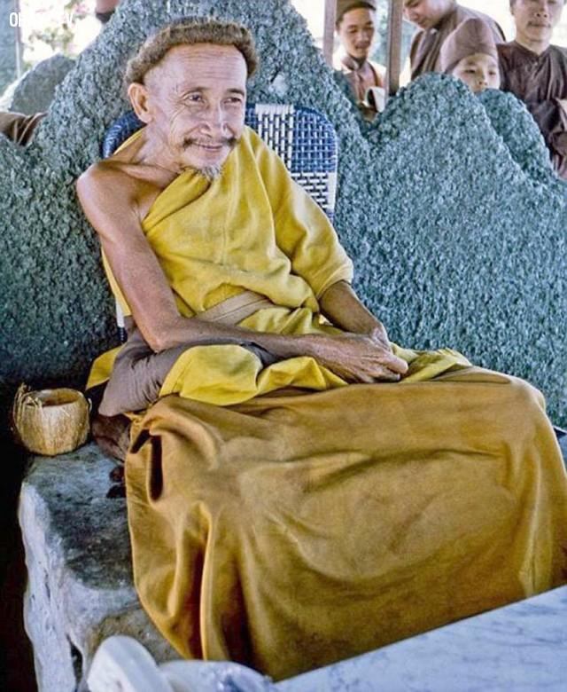Ông Đạo Dừa - Nguyễn Thành Nam đang thuyết giảng trên ụ nổi năm 1969,Bến Tre xưa,Xứ dừa,hình xưa,ảnh cổ,ảnh lịch sử