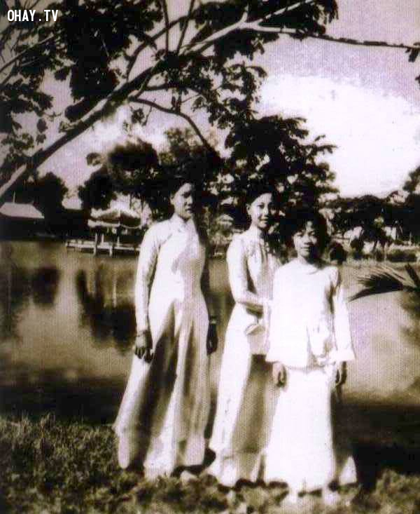 Nữ sinh trường TH Kiến Hòa chụp ảnh trên bờ hồ Chung Thủy - khoảng 1965,Bến Tre xưa,Xứ dừa,hình xưa,ảnh cổ,ảnh lịch sử