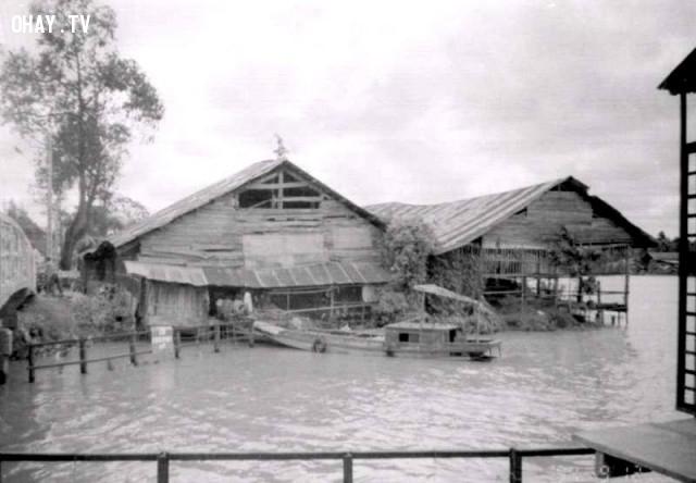 Cầu Cái Cá bên tay trái, khu nhà này giờ đã thành công viên,Bến Tre xưa,Xứ dừa,hình xưa,ảnh cổ,ảnh lịch sử