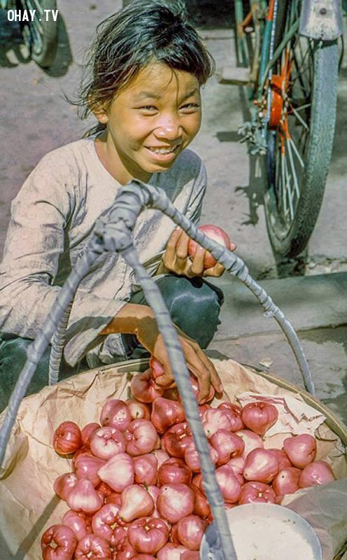 Cô bé bán mận hồng đào chợ Mỹ Tho, năm 1969,Bến Tre xưa,Xứ dừa,hình xưa,ảnh cổ,ảnh lịch sử