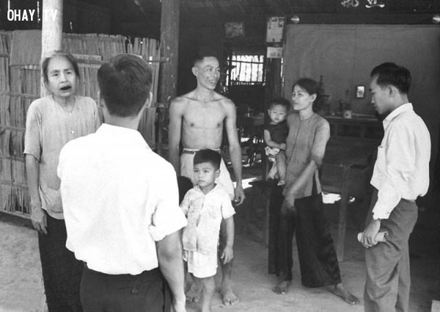 Đội phụ trách bầu cử ghé nhà dân ở tỉnh Kiến Hòa năm 1961,Bến Tre xưa,Xứ dừa,hình xưa,ảnh cổ,ảnh lịch sử