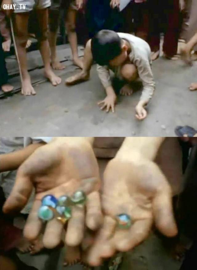 """Trẻ em chơi bắn """"cu li"""" (bắn bi) ở cồn Tân Dinh (cồn Phụng) 1969,Bến Tre xưa,Xứ dừa,hình xưa,ảnh cổ,ảnh lịch sử"""
