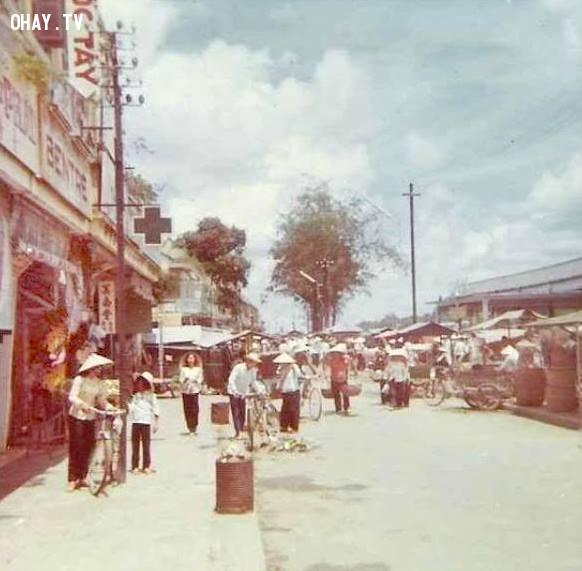 Một góc chợ bờ sông, bên phải là chợ cá 1967, hiện nay là chợ đêm Bến Tre,Bến Tre xưa,Xứ dừa,hình xưa,ảnh cổ,ảnh lịch sử