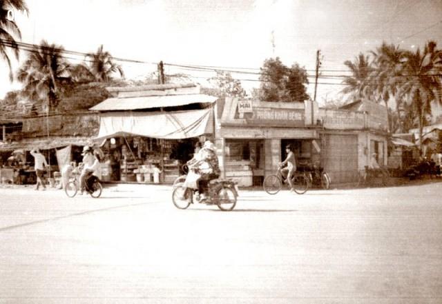 Ngã tư Phú Khương khoảng 1990, vị trí này đối diện với Thế giới di động hiện nay (theo trục đại lộ Đồng Khởi),Bến Tre xưa,Xứ dừa,hình xưa,ảnh cổ,ảnh lịch sử