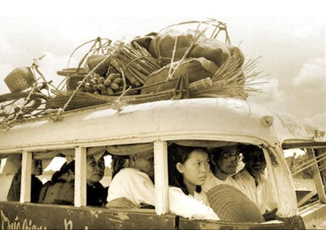 Một chuyến xe đò tuyến Ba Tri - thị xã Trúc Giang vào năm 1961 (chữ có ghi trên thân xe: Trúc Giang - Ba Tri),Bến Tre xưa,Xứ dừa,hình xưa,ảnh cổ,ảnh lịch sử