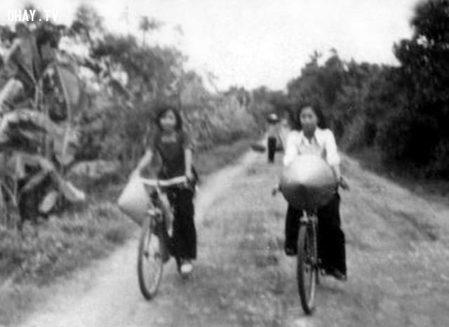 Giáo viên đi dạy bằng xe đạp trên đường đất mấp mô lầy lội vào những năm 80,Bến Tre xưa,Xứ dừa,hình xưa,ảnh cổ,ảnh lịch sử