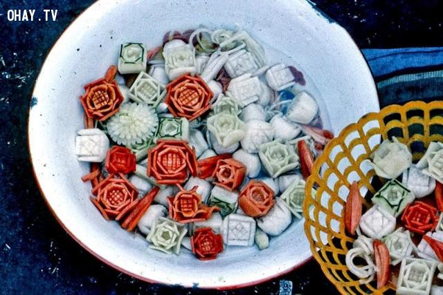 Hoa cắt tỉa từ củ cải và dưa leo bán trong dịp Tết Kỷ Dậu 1969,Bến Tre xưa,Xứ dừa,hình xưa,ảnh cổ,ảnh lịch sử