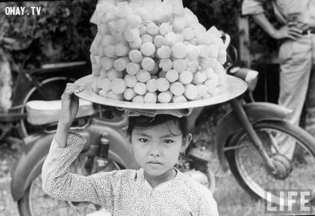 Cô bé bán mía ghim chợ Lương Phú - 1967,Bến Tre xưa,Xứ dừa,hình xưa,ảnh cổ,ảnh lịch sử