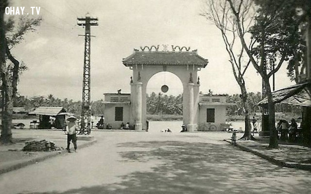 Cổng kiểm soát ghe thuyền cuối đường Phan Thanh Giản 1951,Bến Tre xưa,Xứ dừa,hình xưa,ảnh cổ,ảnh lịch sử
