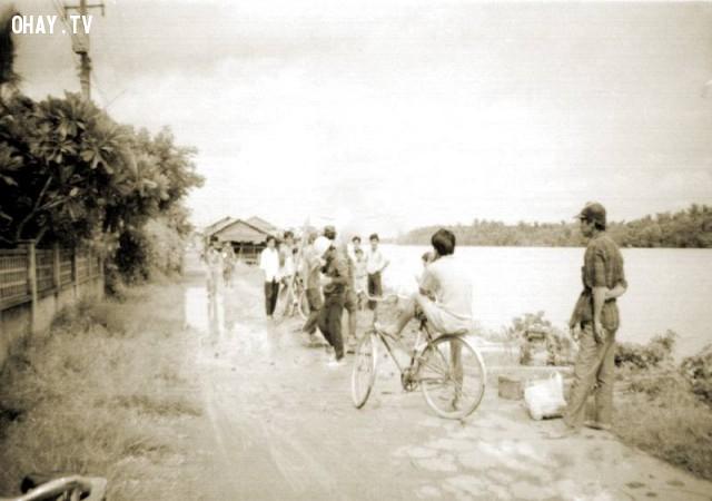 Thanh niên vui chơi trước Villa Trần Quế Tử - khoảng 1995,Bến Tre xưa,Xứ dừa,hình xưa,ảnh cổ,ảnh lịch sử