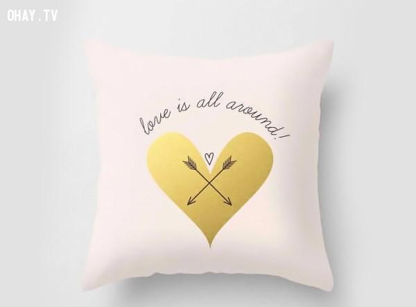 1. Gối tình yêu - Một món quà tình yêu dễ thương, cũng như một cách nhẹ nhàng gợi người ấy nhớ đến mình trước khi ngủ và sau khi thức dậy. ,valentine,tình yêu,người yêu,tuyệt vời,quà valentine