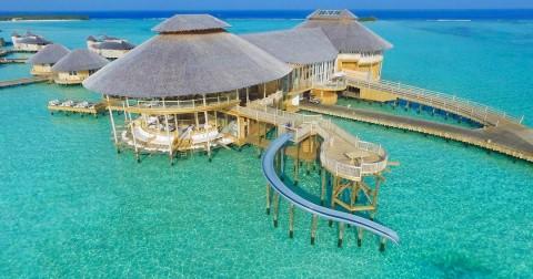 Trải nghiệm cầu tuột trượt trực tiếp từ phòng ngủ xuống biển tại khách sạn cao cấp ở Maldives
