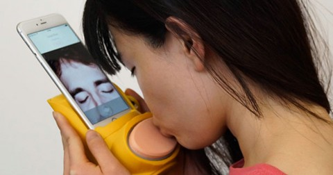 """Khám phá Kissenger, thiết bị """"hôn"""" trên smartphone dành cho những người yêu xa"""