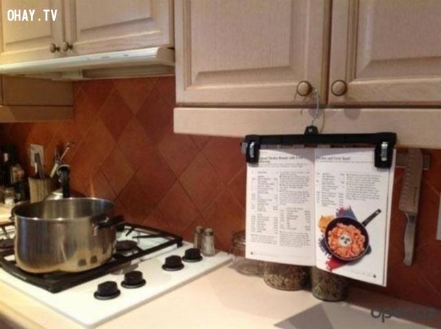4. Bạn có thể dùng móc treo đồ dạng kẹp để giữ cho sách công thức nấu ăn luôn hiện diện trước mắt bạn.,mẹo thông minh