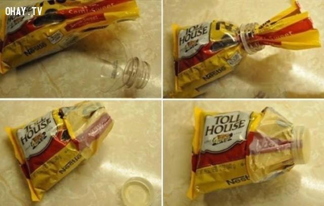 3. Bạn có thể cắt phần cổ chai rỗng ra để bịt kín túi thức ăn như ngũ cốc hay mì pasta chẳng hạn.,mẹo thông minh