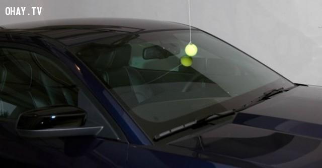 1. Nếu bạn treo một quả bóng tennis như trong hình, nó sẽ giúp bạn đỗ xe chính xác trong garage. Khi trái bóng vừa chạm vào kính chắn gió, nghĩa là bạn đã đỗ đúng chỗ.,mẹo thông minh