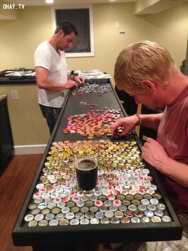 Mặt quầy bắt đầu được xếp nắp chai vào,thu thập nắp chai,quầy bếp,sáng tạo,epoxy ab