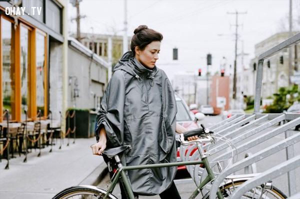 Một chiếc áo mưa xịn hoặc áo pông-sô,du lịch một mình