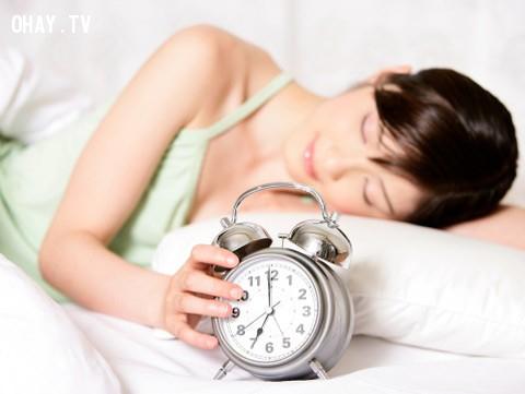 Bạn cũng nên tránh căng thẳng và tạo thói quen đi ngủ đúng giờ để tránh rối loạn giấc ngủ. Khi ngủ phải có tư thế nằm ngủ thoải mái làm cho toàn bộ cơ bắp giãn, đầu không vẹo lệch,bóng đè,cải thiện giấc ngủ