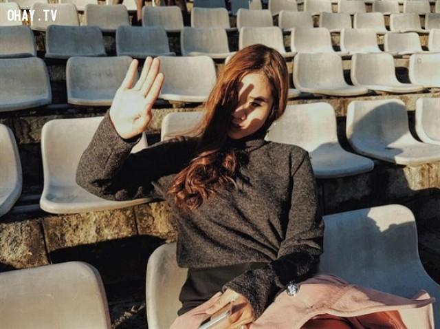1. Dùng tay che ánh nắng,mẹo chụp ảnh,chụp ảnh so deep,tư thế chụp ảnh