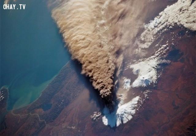 14. Đây là hình ảnh núi lửa phun trào khi quan sát từ không gian,những điều thú vị trong cuộc sống,có thể bạn chưa biết,facts