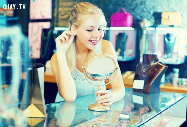 1. Nếu bạn đang làm trong lĩnh vực dịch vụ khách hàng, hãy để một chiếc gương quay về phía khách hàng của bạn. Họ sẽ hiếm khi giận dữ vô lý vì họ có thể nhìn thấy hình ảnh mình trong gương.,mẹo hay,thủ thuật tâm lý,thủ thuật giao tiếp,tâm lý học,nghệ thuật giao tiếp