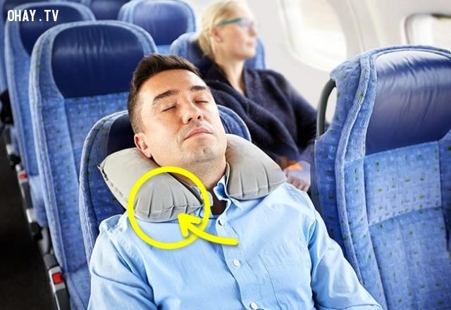6. Đừng bơm quá căng gối ngủ bằng hơi ,lưu ý khi đi máy bay,kinh nghiệm đi máy bay,những điều cần biết khi đi máy bay,cách đi máy bay