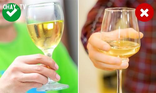 4. Cách cầm ly nào sẽ giúp cho hương vị rượu được ngon?,mẹo hay,thói quen sai