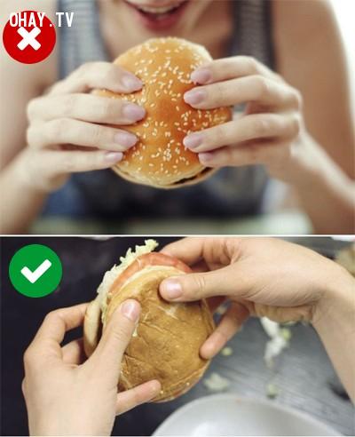 6. Khi ăn bánh burger, bạn cầm thế nào để nhân không bị rơi ra ngoài?,mẹo hay,thói quen sai