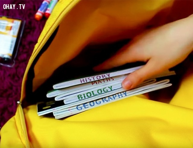 Nếu tất cả các vở đều giống nhau, hãy viết tên của chúng ở phía dưới hoặc dán nhãn chúng với các màu sắc tươi sáng.,mẹo học tập,cách dạy con thông minh,cách dạy con học,giúp con học,nuôi dạy con