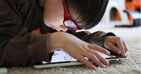 Trẻ nhỏ bị mất ngủ vì chơi thiết bị cong nghệ?