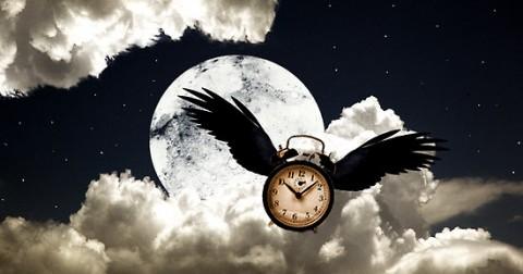 Tại sao càng lớn càng thấy thời gian trôi nhanh hơn? Làm thế nào để nó chậm lại?